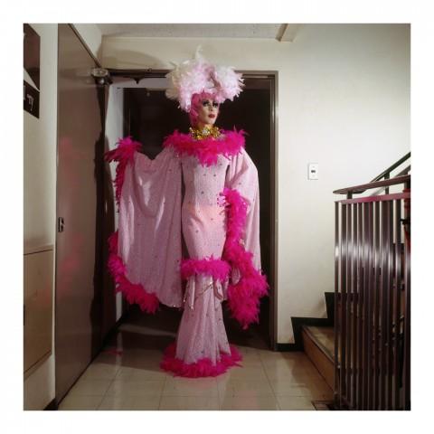 210-Simone Fukayuki portant un costume rose. Kyoto. Déc. 2006