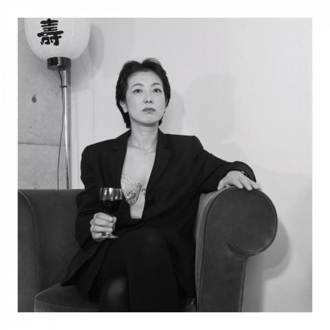 Dame, un verre à la main. Kyoto 2002