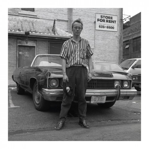Homme devant sa voiture. NYC 1989