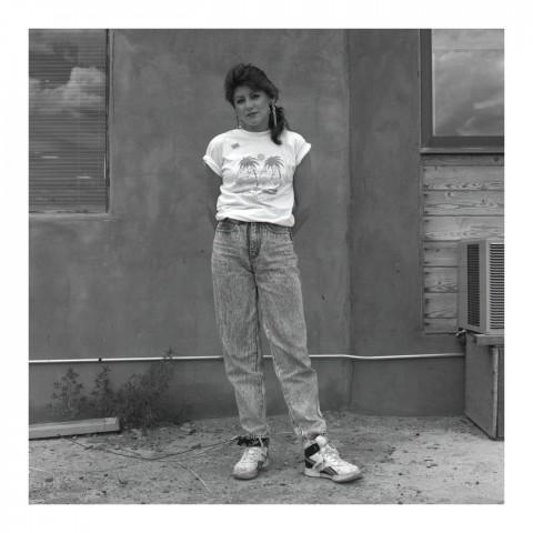 Jeune Femme devant un mur en adobe. Santa Fé NM, 1989