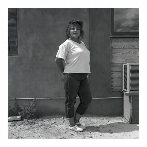 Jeune Femme devant un mur en adobe. Santa Fe, NM.1989