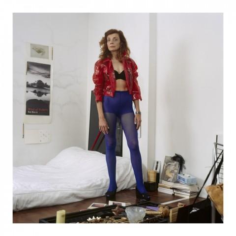 Jeune Femme rousse portant un blousonrouge et des collants bleus. Paris 2007