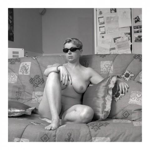 Jeune femme blonde portant des lunettes noires. 2002