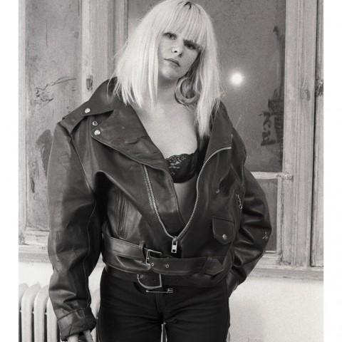 Jeune femme blonde portant un blouson de cuir entrouvert. NYC 1988