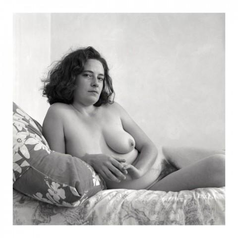 Jeune femme brune accoudée sur son oreiller. 1997