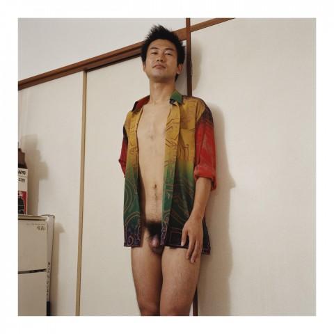 Jeune homme portant une chemise hawaïenne. Tokyo 2002