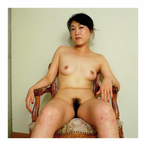 Miss Kayo I. assise dans un fauteuil français. Kyoto 2002