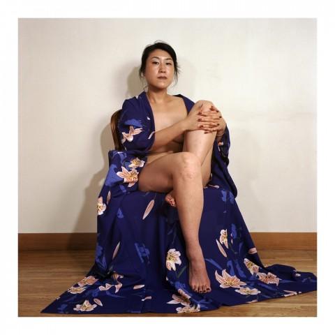 Miss Kayo I. portant un kimono bleu. Kyoto 2002