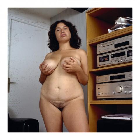 150-Dame brune debout, les seins dans les mains, Paris 1998