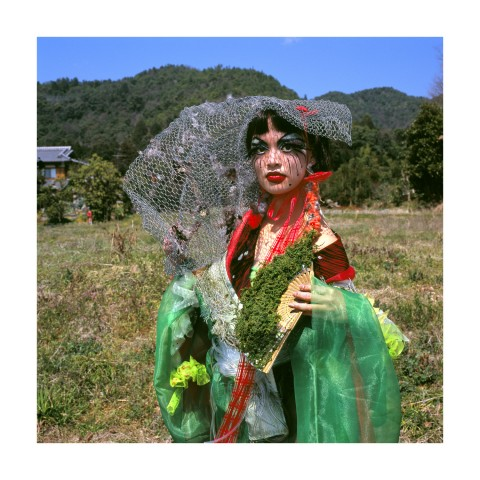 Jeune femme brune dans un costume destiné à jouer Mme Butterfly