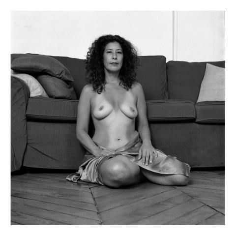 Madame Deborah Z. assise sur le sol-Paris 2009