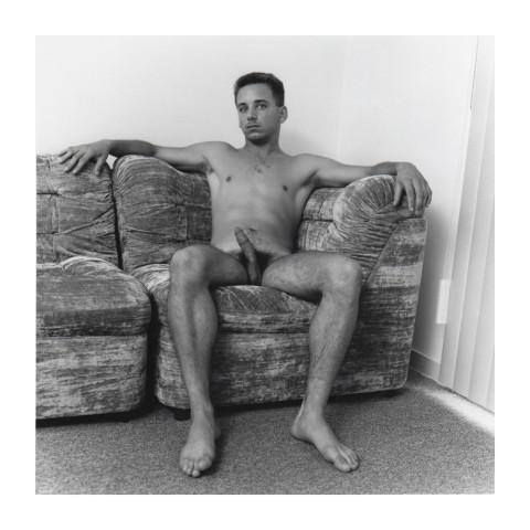 170-Jeune homme brun en érection, assis dans un canapé. 1988
