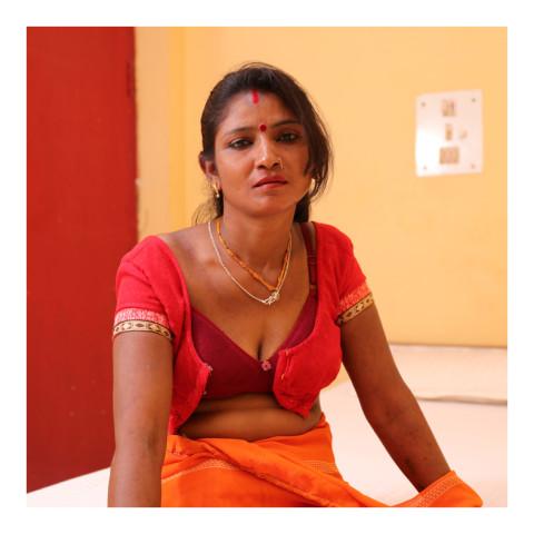 280-Jeune femme brune à la brassière entrouverte-Varanasi 2019-416A3482