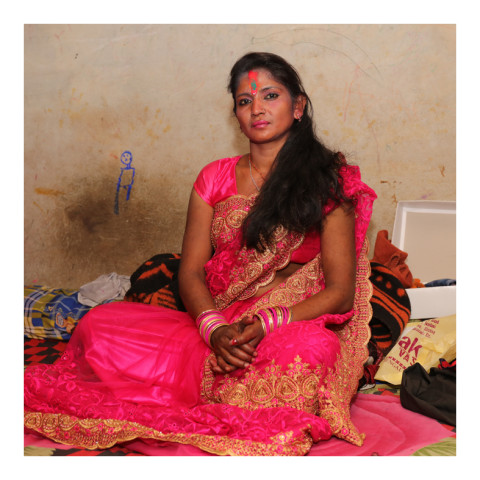 280-Jeune femme brune portant un saree rose-Varanasi-2019-416A3433