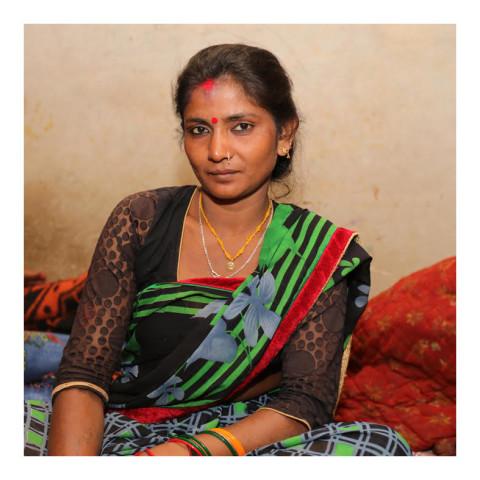 280-Jeune femme brune portant un saree vert et noir-Varanasi-2019