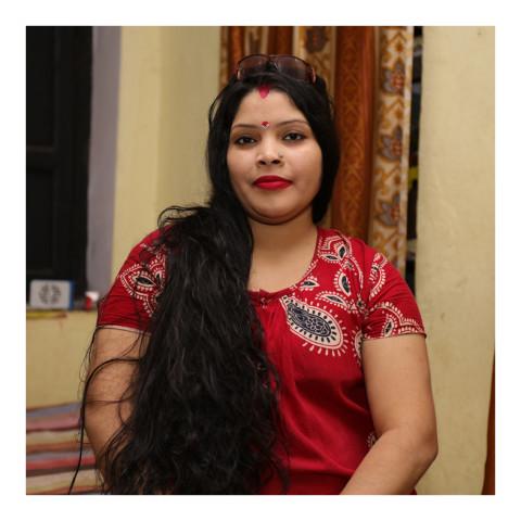 280-Jeune femme brune portant une robe rouge-Varanasi-2019