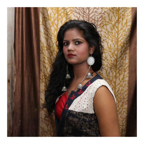 Jeune femme brune portant de longues boucles d'oreilles-Varanasi-2019-416A3442