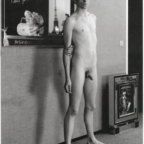 Jeune homme debout dans son studio. Rouen. 1990