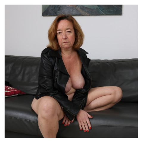 Portrait d'une dame aux cheveux roux portant un blouson de cuir entrouvert- Montreuil-2017 copie