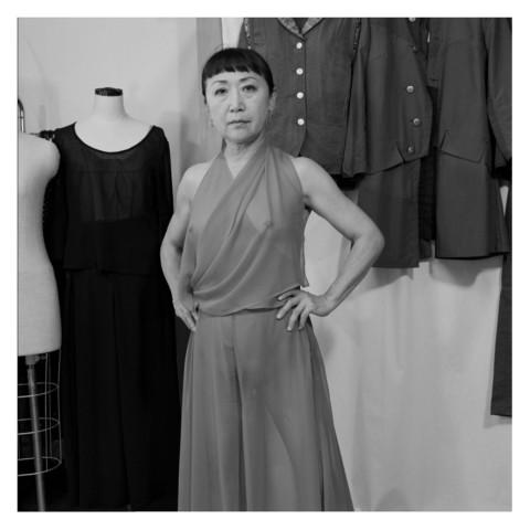 Portrait d'une jeune femme brune, couturière, dans son atelier-Japon-2019