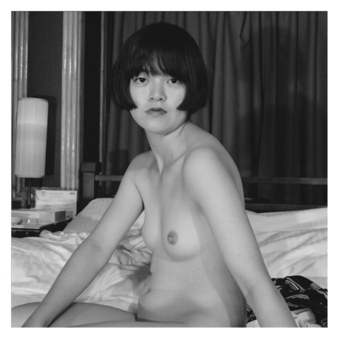 Portrait en buste d'une jeune femme brune dans un love hôtel Kyoto-Été 2019