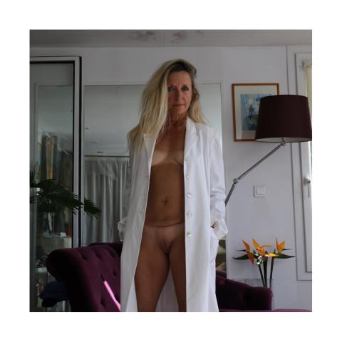 Dame blonde portant un manteau blanc entrouvert-Paris, 2019