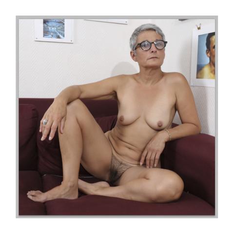 Jeune femme portant des lunettes, assise dans un canapé-Rouen-2019